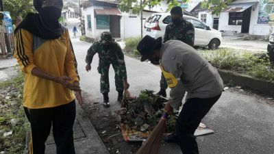 Babinsa Ajak Warga Ciptakan Pekanbaru Bebas Sampah