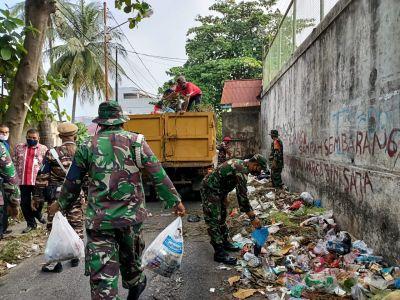 Babinsa Bantu Warga Angkut dan Bersihkan Sampah