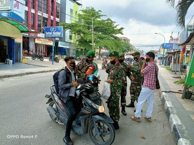 Babinsa Berbagi Masker di Depan Makoramil 02 Kota