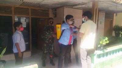 Babinsa Bersama Mahasiswa KKN Unri Lakukan Penyemprotan Disinfektan