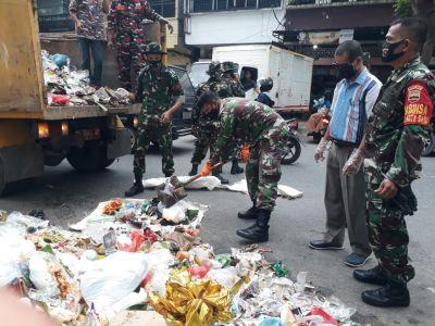 Babinsa Gotong Royong  Bersihkan dan Angkut Sampah di Jalan Hangtuah