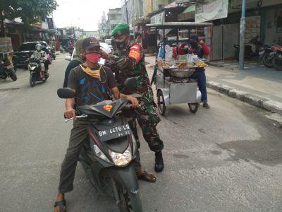 Babinsa Kelurahan Kotabaru Bagikan Masker ke Warga