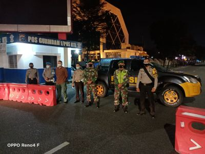 Babinsa Kelurahan Tanahdatar Gelar Patroli Gabungan PPKM dan Penyekatan Jalan