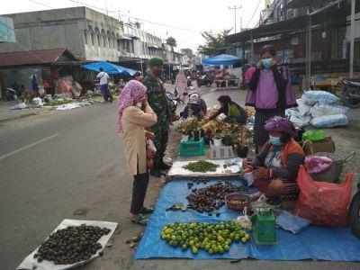 Babinsa Kotabaru Sosialisasi Penegakan Disiplin Prokes di Pasar Agussalim