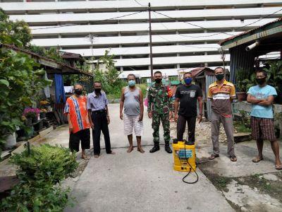 Babinsa Semrpotkan Disinfektan di Rumah Padat Penduduk di Pasar Mambo