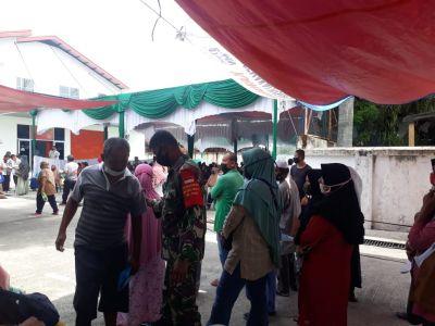 Babinsa Sumahilang Dampingi 251 KK Penerima BST Tahap 8 Kemensos RI