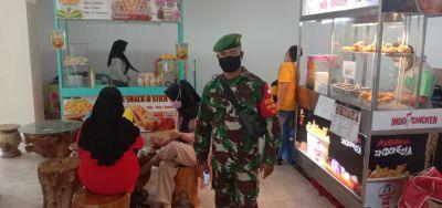 Pelda Herman Cokro dan Serda Sumarsono Gelar Penegakan Displin Prokes di STC Pekanbaru
