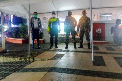 PPKM Level 3, Babinsa Tetap Rutin Gelar Patroli dan Penyekatan Jalan saat Malam Hari