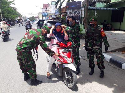 Sempena HUT TNI ke-75, Koramil 02 Kota Bagikan 250 Masker ke Warga